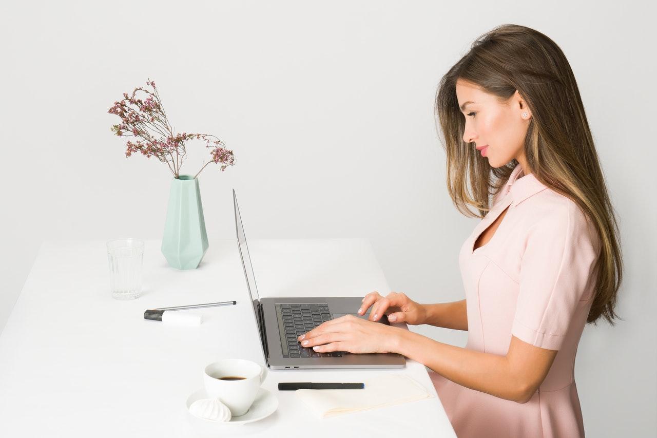 pneumatisch höhenverstellbarer Schreibtisch