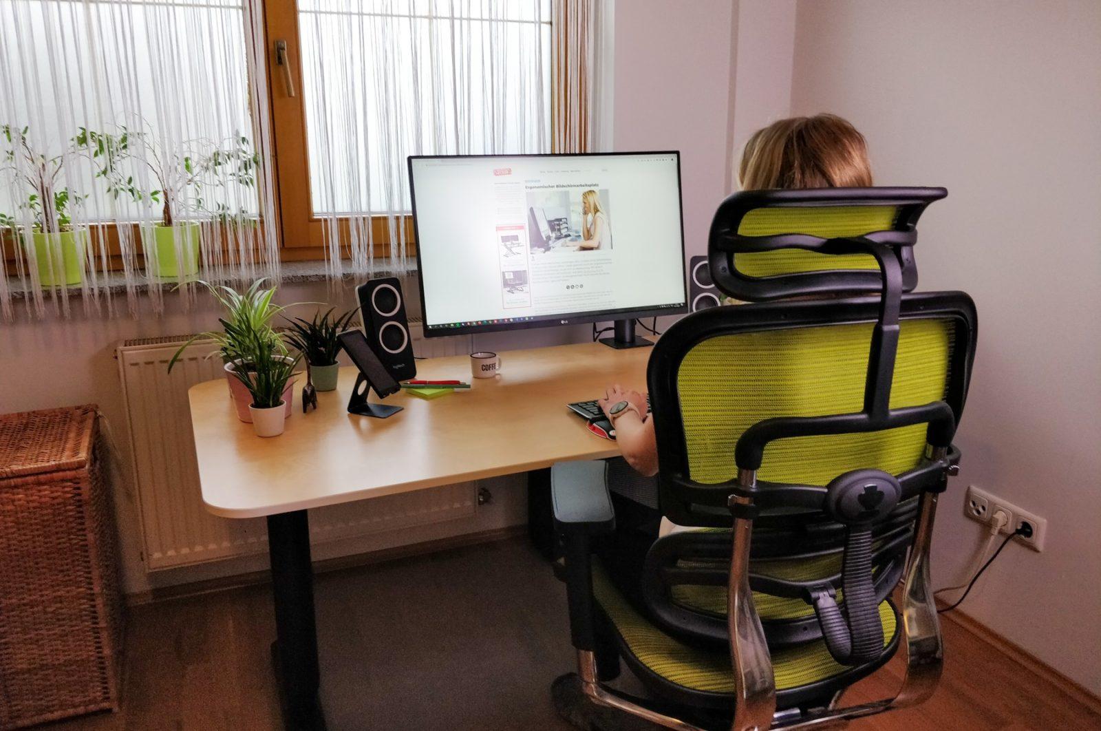 ergonomisch am schreibtisch sitzen